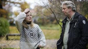 Andrine Erdal og Torodd Wigum står i hage og prater