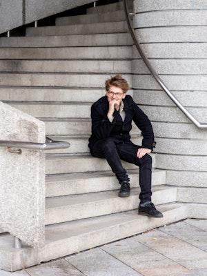 Jonas Skaarud sitter i trapper