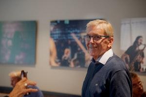 Einar Solbu smilende under NMHs historieprosjektseminar. Bildet er tatt foran de store fotografiene på fellesrommet (rom 139).