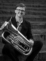 Eirik Sanner poserer med tuba