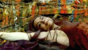 Fargesterkt og redigert bilde av Elisabeth Holmertz om ligger i et slags stoff