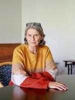 Grete Pedersen sitter ved et bord