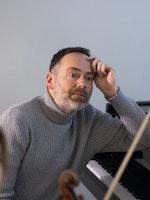 Gunnar Flagstad sitter ved pianoet i Steinway Piano Gallery, sammen med Madelene Berg
