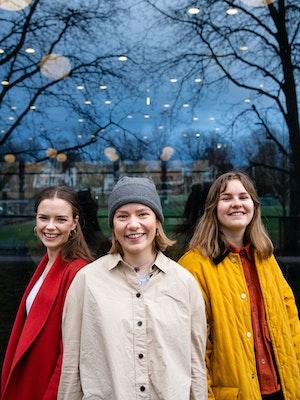 Hedda Hammer Myhre, Maia Viken og Maren Ohm Ballestad står sammen i en gruppe