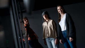 Hedda Hammer Myhre, Maia Viken og Maren Ohm Ballestad står i et mørkt rom