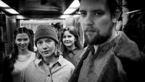 Hedda Hammer Myhre, Maia Viken, Maren Ohm Ballestad og Kenneth Lien står i korridor