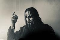 Black metall-musiker peker opp i luften