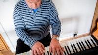Homeside-deltaker Harald spiller piano