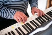 Homeside-deltaker Haralds hender på pianoet