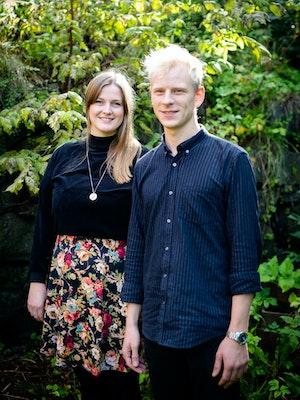 Hugo Gjelsvik Herrman og Guro Utne Salvesen står i en hage