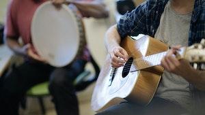 Innsatte på Ila fengsel spiller gitar og trommer