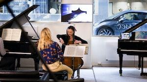Madelene Berg og Sandra Lied Haga spiller sammen i Steinway Piano Gallery