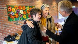 Martina Batič og Grete Pedersen snakker med Henrik Hellstenius og ler
