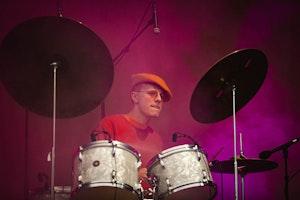 Olav Øverby spiller trommer på konsert