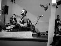 Musikkterapistudenter i peisestua i Oslo fengsel