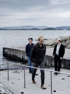 Rolf Erik Nystrøm, Håkon Thelin og Frode Haltli i Plong på brygge