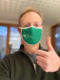 Peter Tornquist med grønt NMH-munnbind og tommelen opp.