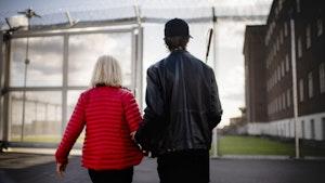 Thomas Karu Tvedt og Bente Almås går mot porten på Ila fengsel