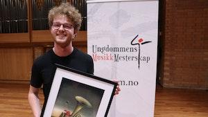Slagverker Åsmund Moen poserer med trofeet for prisen som årets musiker i Ungdommens musikkmesterskap