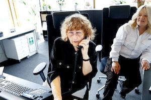 Vera Scott Stenersen sitter i resepsjonen på NMH og snakker i telefonen.
