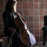 Astrid Solberg spiller cello og Guoste Tamulynaite synger på Sonisk hage 2020