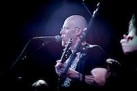 Dette er et konsertbilde av vokalisten og gitaristen Elvin under releasekonsert på Victoria - Nasjonal jazzscene
