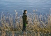 Daniela Reyes står foran sjø med høye strå