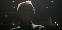 Siluett av Peter Tornquist mot mørk bakgrunn.