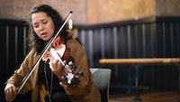 Zosha Warpeha spiller hardingfele i kapellet i Majorstuen kirke