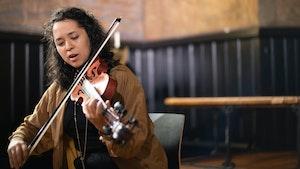 Zosha Warpeha spiller hardingfele i Majorstuen kirke