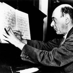 Foto Av Schönberg ved klaveret