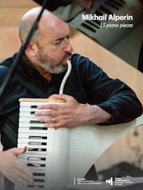 Forsiden til Alperin med en musiker som sitter ved et flygel og blåser inn i en synth.