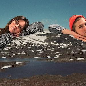 Collage av Heida Mobeck og Anja Lauvdal som lener seg på et fjell