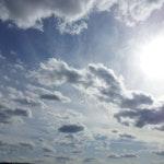 Skyer på blå himmel