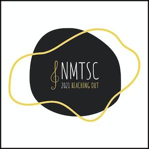 """En ujevn runding med en krøllete sirkel rundt. I midten finner du en G-nøkkel og teksten """"NMTSC""""."""