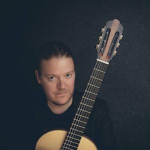 Otto Tolonen med gitaren sin