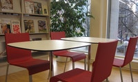 Bord og stoler i biblioteket