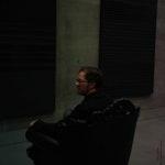Erik Dæhlin sitter i en stor fløyelsstol