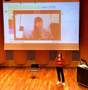 Camilla Overgaard på storskjerm i Levinsalen. Siri Storheim presenterer