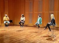 4 personer på stoler snakker sammen