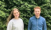 bilde av Susanna Solsrud og Ole Martin Solberg foran grønn hekk