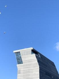Toppen av Munchmuseet mot skyfri himmel