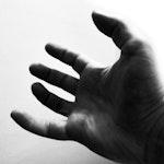 Svarthvitt-bilde av hånd