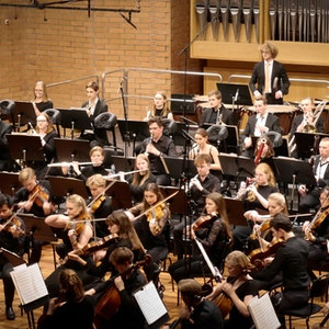 Johannes Gustavsson dirigerer symfoniorkesteret i Lindemansalen