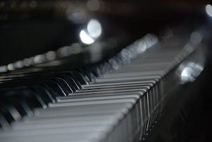 Nærbilde av pianotangenter
