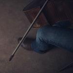 Nærbilde av cello med hender som spiller