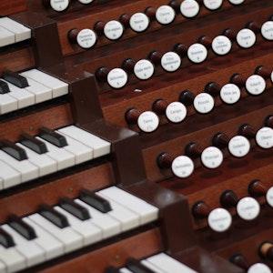 Nærbilde av orgelpiper og tangenter