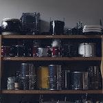 Hylle med trommer og slagverksutstyr