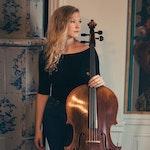 Amalie Stalheim står på stue med celloen sin
