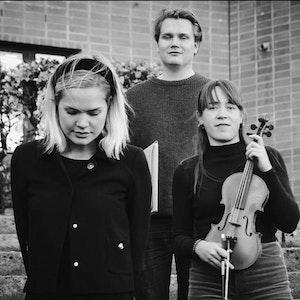 Gruppebilde av komponist Anders Krøger, dirigent Hannah Howard og fiolinist Sunniva Herland